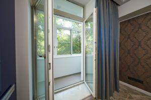 Двери из ПВХ отлично тепло- и звукоизолируют помещение