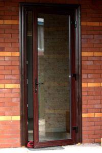открытая пластиковая дверь