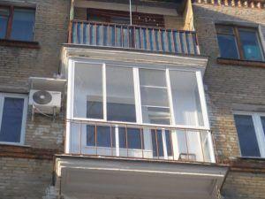 балкон с витражным остеклением