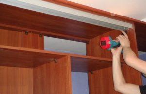 Монтаж дверей шкафа