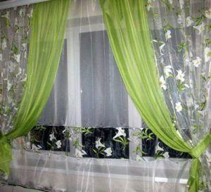 занавески на окнах